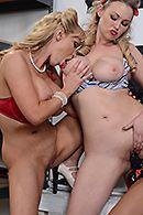 Сексуальные блондинки с большими сиськами мастурбируют секс игрушками #5