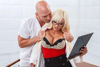 Смотреть порно похотливого пациента с длинноногой врачихой