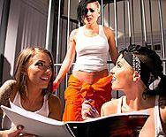 Порно стройной заключенной с двумя охранниками - 1