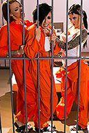 Порно стройной заключенной с двумя охранниками #1