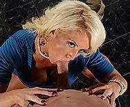 Порно зрелой пышной мамашки с молодым чуваком в туалете - 2