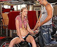 Смотреть секс байкера с молодой блондинкой с косичками - 1