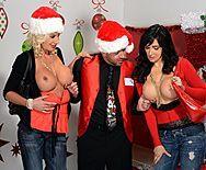 Групповое порно с красотками в униформе Санты - 1
