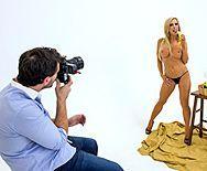 Горячее порно фотографа со зрелой сексуальной блондинкой моделью после съемок - 1