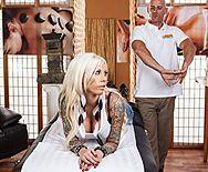 Порно сексуальной блондинки в сапожках с массажистом - 1