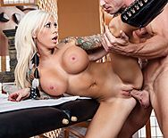 Порно сексуальной блондинки в сапожках с массажистом - 3