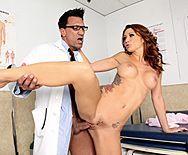 Порно гинеколога со стройной развратной пациенткой - 3