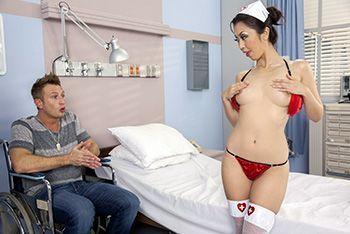 Смотреть анал пациента с молодой азиатской медсестрой