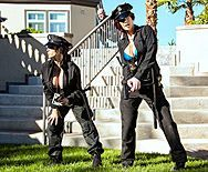 Смотреть групповой секс с красотками в полицейской униформе - 1