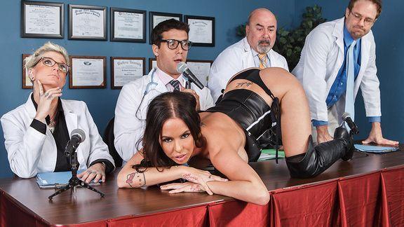Порно похотливого врача с молоденькой брюнеткой на столе