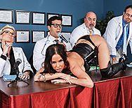 Порно похотливого врача с молоденькой брюнеткой на столе - 1
