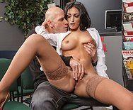 Смотреть секс пациента с похотливой докторшей в сексуальных очках - 1