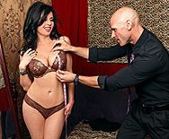 Дерзкий секс в примерочной со стройной сексуальной брюнеткой в чулках - 1
