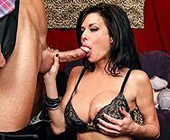 Дерзкий секс в примерочной со стройной сексуальной брюнеткой в чулках - 2