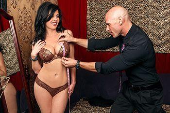 Дерзкий секс в примерочной со стройной сексуальной брюнеткой в чулках