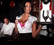 Богатый парень довел до сквирта сексуальную брюнетку в эротическом наряде - 1