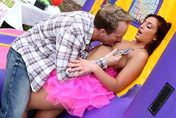 Яркий секс на детском батуте с рыженькой шлюшкой
