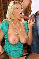 Порно с пышногрудой мамашкой в чулках на столе #3