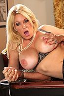 Порно с пышногрудой мамашкой в чулках на столе #5