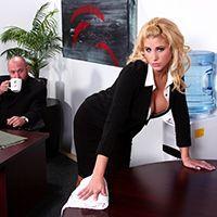 Смотреть страстный секс выразительной секретарши с боссом на столе