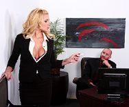 Смотреть страстный секс выразительной секретарши с боссом на столе - 1
