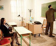 Смотреть школьное порно учителя с потрясающей брюнеткой в чулках - 1