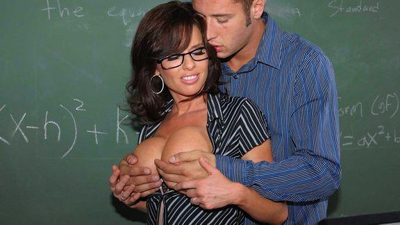 Горячее порно ученика с развратной училкой на столе