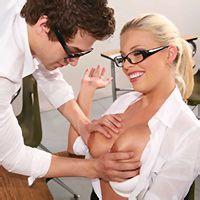 Порно опытной блондинки в чулках с учеником