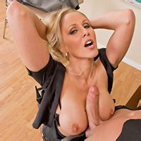 Порно взрослой блондинки с преподом на столе