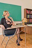 Порно взрослой блондинки с преподом на столе #1