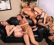 Смотреть групповое порно с четырьмя сексуальными красотками - 2