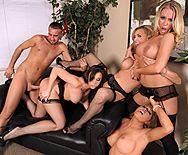 Смотреть групповое порно с четырьмя сексуальными красотками - 3