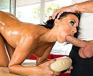 Смотреть секс привлекательной брюнетки с массажистом после релакса - 2