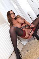 Безумный секс в туалете с пышной красоткой в сексуальных очках #1