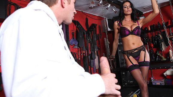 Смотреть красивое порно со страстной брюнеткой в эротическом белье
