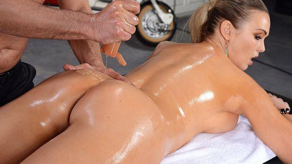 Классический секс стройной блондинки с нежным массажистом