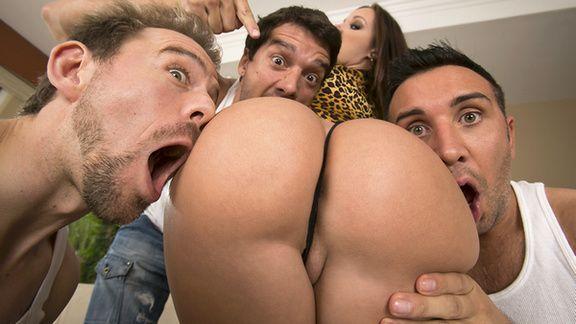 Групповое порно ненасытных парней с молоденькой шлюшкой