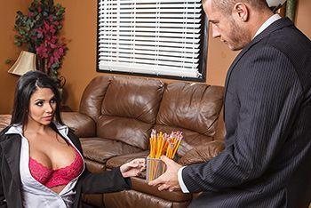 Горячий секс с красивой брюнеткой в чулках на работе