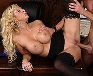 Смотреть трах в пизду с красивой и сексапильной бизнес-леди с большими сиськами в чулках - 5
