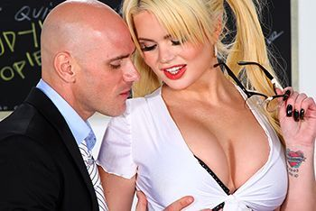 Порно вызывающей школьницы с учителем в классе