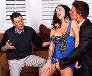 Смотреть порно в офисе ненасытной брюнетки с двумя мужиками - 1