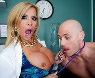 Порно сексуальной медсестры с симпатичным пациентом - 1