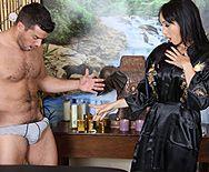 Межрасовый секс с молодой азиаткой массажисткой - 1