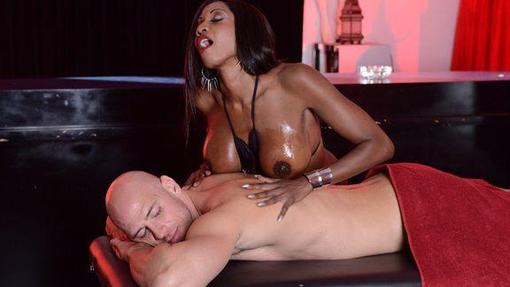 Межрасовый секс с шоколадной девицей в анал