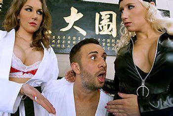 Секс втроем тренера с сексуальными гимнастками с большими сиськами
