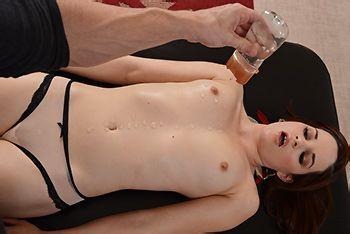Нежный секс массажиста с худенькой девушкой с натуральными сиськами