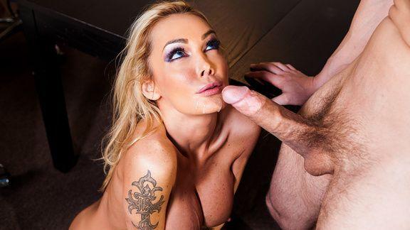 Смотреть порно с восхитительной блондинкой с упругой задницей