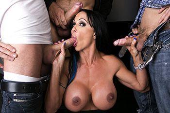 Групповое порно с опытной сексуальной брюнеткой