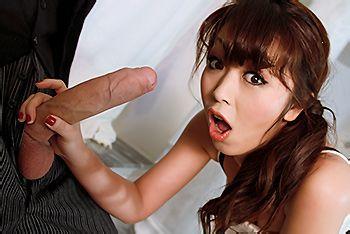 Страстный секс милой азиатки в ванной