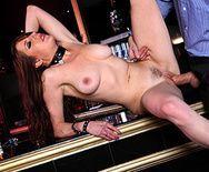 Смотреть секс на баре со жгучей брюнеткой - 4
